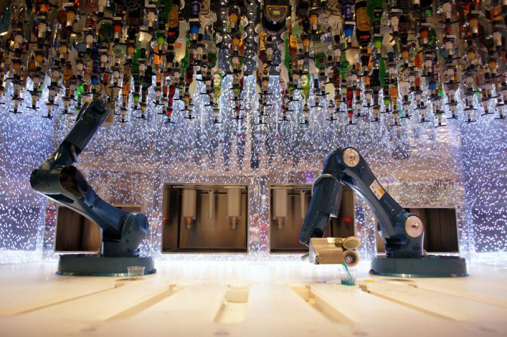 Роботы, занимающиеся сервировкой напитков.