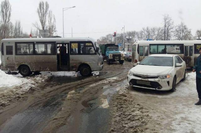 ВСамаре 20-летняя девушка спровоцировала ДТП спассажирским автобусом