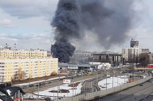 Дым от пожара в автоцентре был виден даже в других районах.