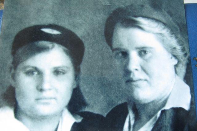 Баба Таня в молодые годы (справа) с племянницей Настей.