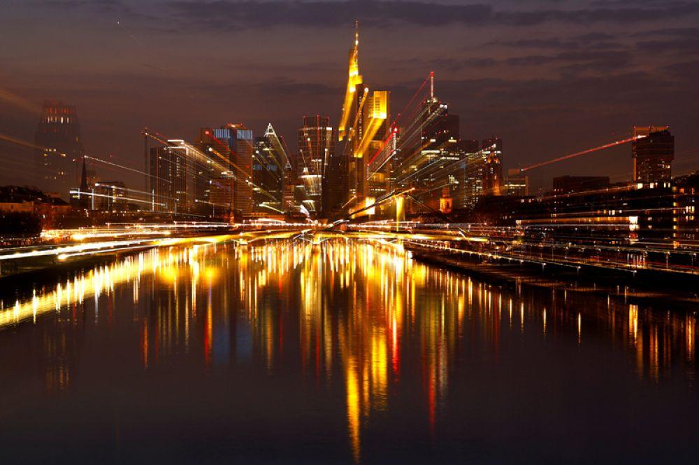 Финансовый район Франкфурта, Германия. Снимок сделан при длительной экспозиции с использованием зума.
