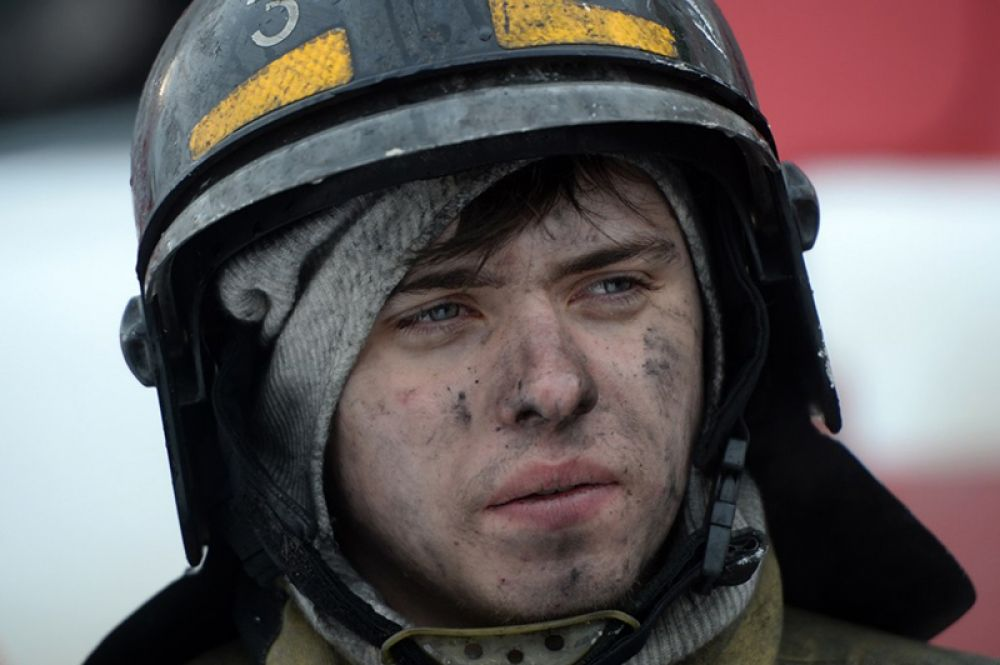 Сотрудник пожарной охраны МЧС во время тушения пожара в торговом центре «Зимняя вишня» в Кемерово.