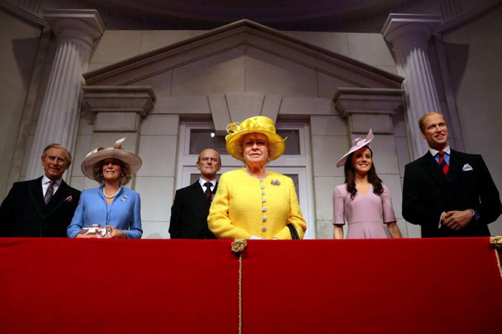 Новые восковые фигуры королевской семьи Великобритании в музее Мадам Тюссо, Лондон.