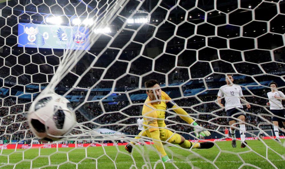 Футбол. Матч Россия-Франция. Россиянин Федор Смолов забивает первый гол в ворота соперника.