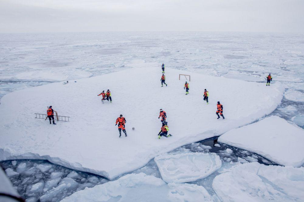 Команда норвежского ледокола «Свальбард» играет в футбол около Гренландии.