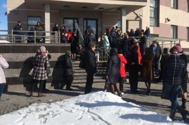 Свидетели: изздания Невского регионального суда экстренно эвакуируют людей