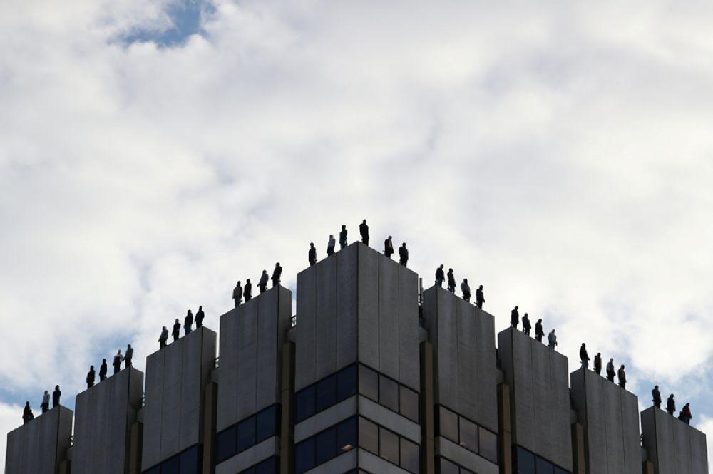 Инсталляция американского художника Марка Дженкинса из 84 манекенов, установленных на крыше здания в центре Лондона. Целью проекта является повышение осведомленности о числе самоубийств среди мужчин младше 45 лет в Великобритании.