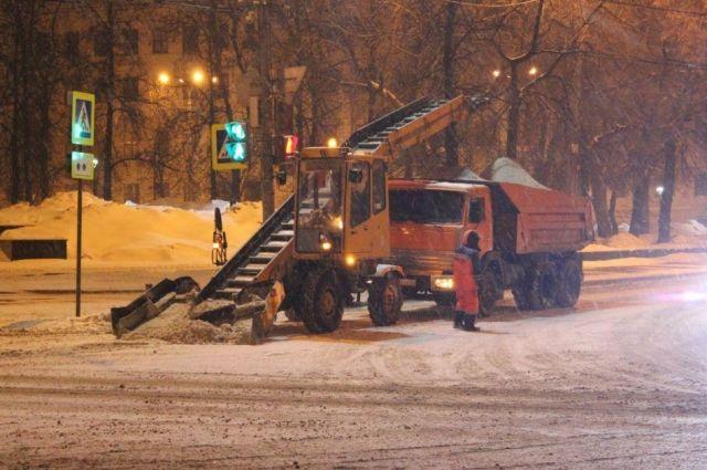 Нижегородцев просят убрать машины с проезжей части для уборки снега с улиц.