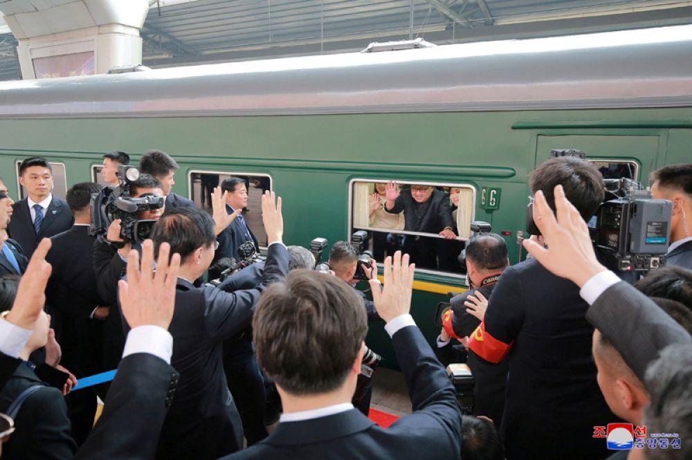 Лидер КНДР Ким Чен Ын в поезде перед началом своего визита в Китай, Пхеньян.