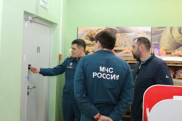 Сотрудники МЧС проверили соблюдение противопожарных правил в крупном ТЦ Ханты-Мансийска.