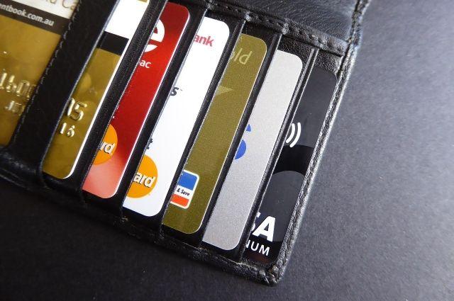 С карт стали реже снимать деньги.