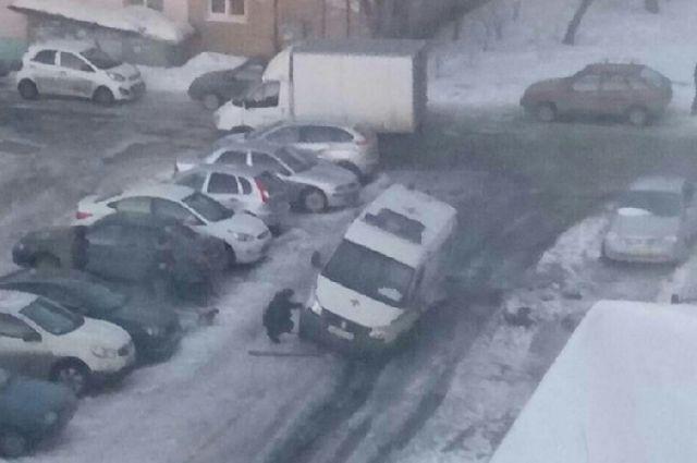ВЛенинском районе «скорая помощь» начас застряла вколее