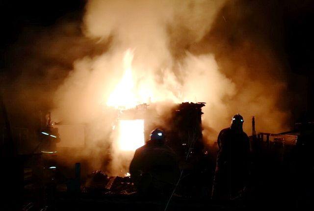 Пожар произошел поздним вечером.