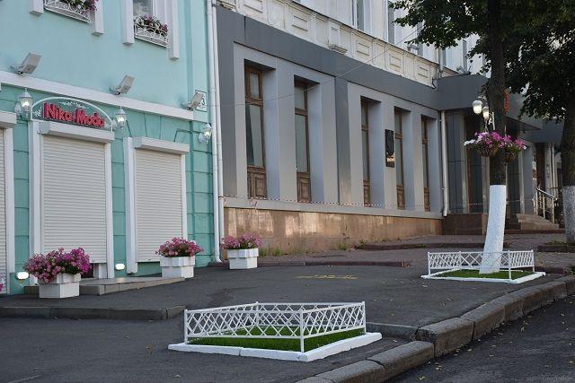 Улица Московская без стоящих машиин - редкое явление.