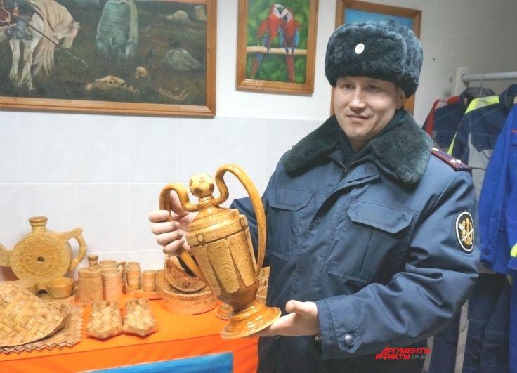 Заключённые сделали из дерева кубок, который готовы вручить российской сборной по футболу (так как, по их мнению, другой награды национальная команда не заслуживает).