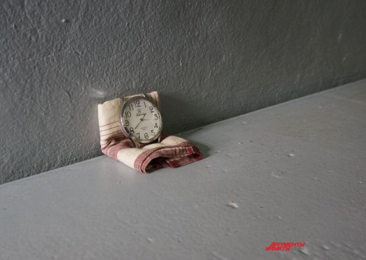 Ремешки для часов в колонии запрещены. Поэтому заключённые ставят их на платки - чтобы удерживать в вертикальном положении.