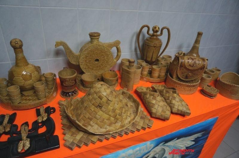 Некоторые заключённые специализируются на изготовлении сувенирной продукции.