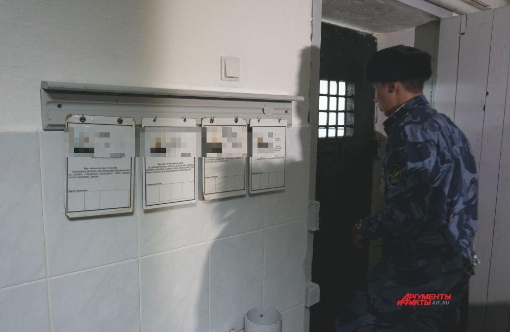 """У каждой камеры таблички с личными данными содержащихся в них заключённых и краткое описание их """"подвигов""""."""