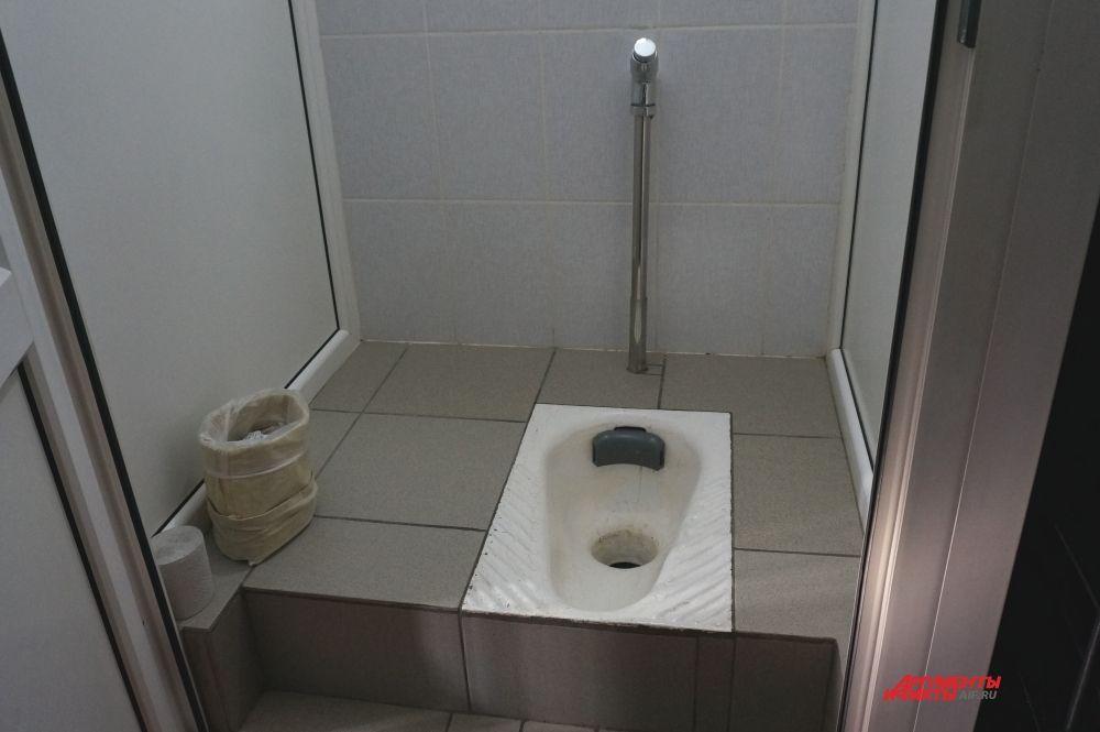 Кабина санузла находится в камере. За чистотой и порядок в туалете и камере отвечает дежурный заключённый.