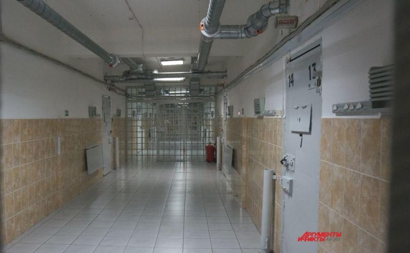 В блоке для приговорённых к особому режиму широкие коридоры, вдоль которых находятся жилые камеры (на первом, втором и третьем этажах) и рабочие (на четвёртом).