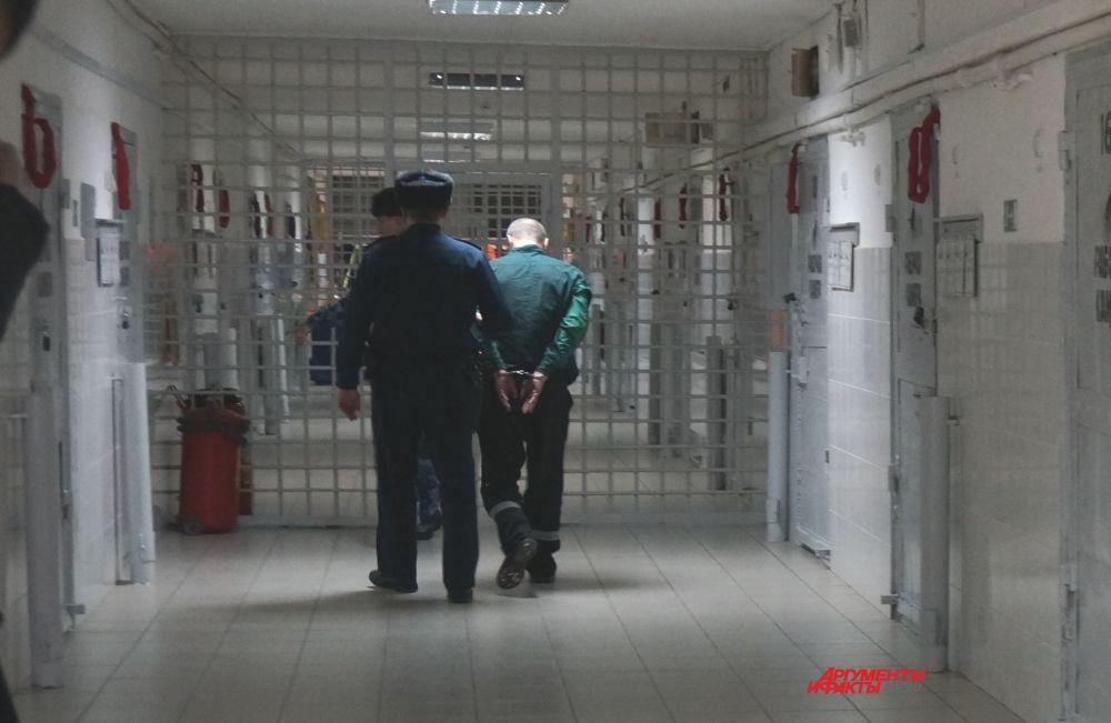 Вне пределов камер заключённых сопровождают по два - три сотрудника колонии. Огнестрельного оружия у них нет, только резиновые дубинки.