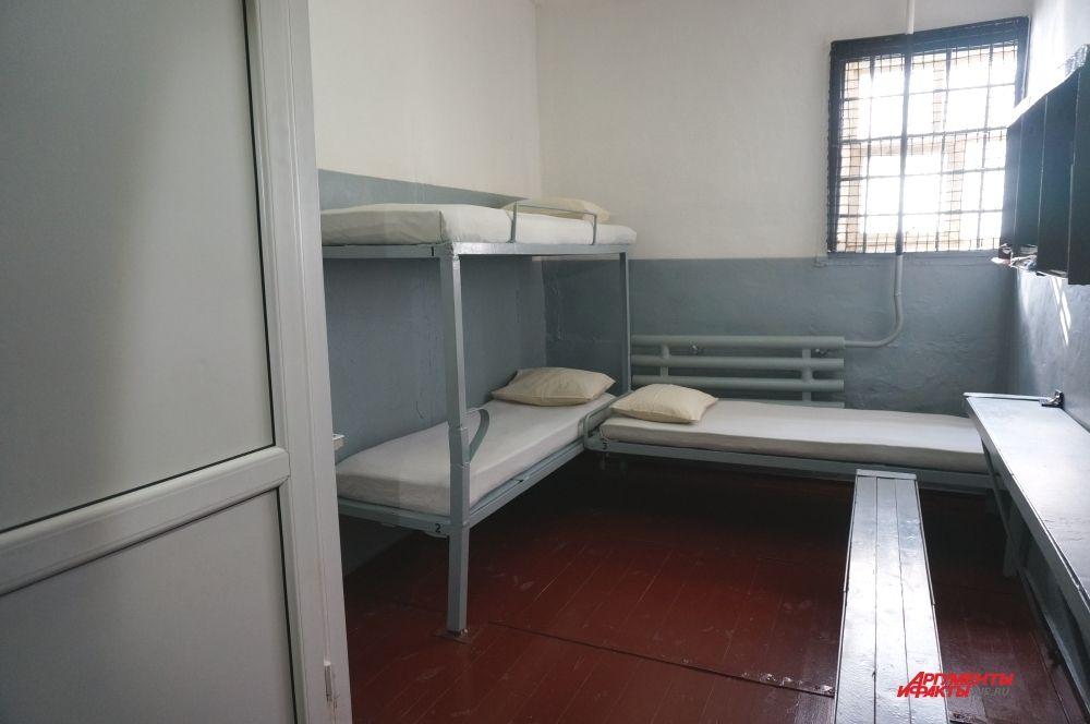 Заключённые живут по три человека в камере.
