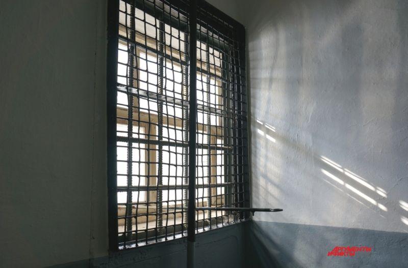 В каждой камере есть окно размером около одного квадратного метра. Но за ним всё тот же тюремный пейзаж.