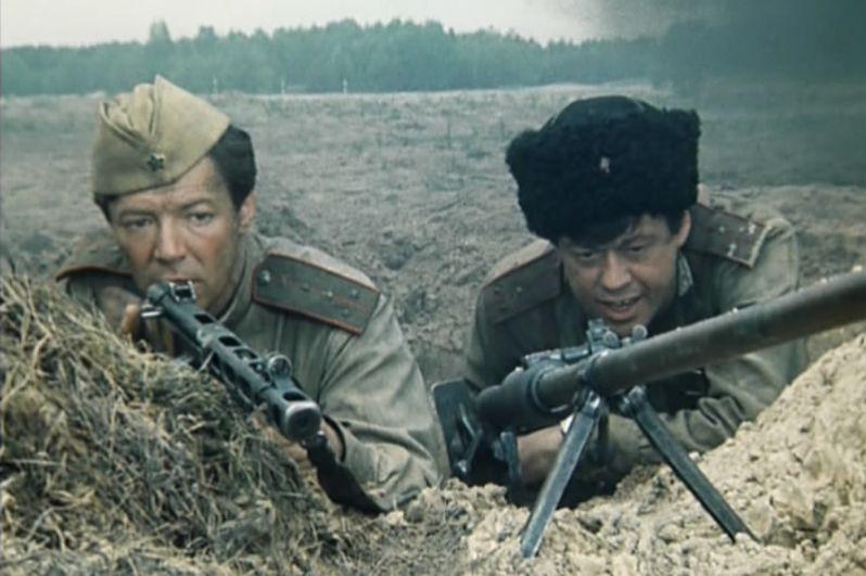 Александр Збруев в роли капитана Бориса Ермакова и Николай Караченцов в роли старшего лейтенанта Орлова в телесериале «Батальоны просят огня». 1985 год.