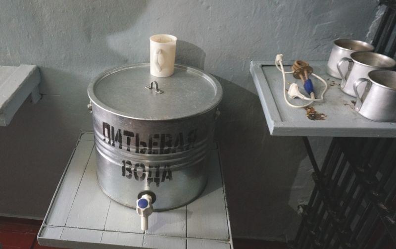 В каждой камере обязательно есть бак с питьевой водой. То, что кипятильники запрещены - миф. Но воспользоваться ими можно только в определённые часы, в соответствии с графиком включения розеток.