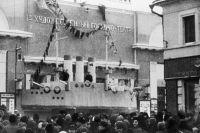 Толпа людей у столичного кинотеатра «Художественный», где демонстрируется фильм «Броненосец Потемкин», 1926 г.