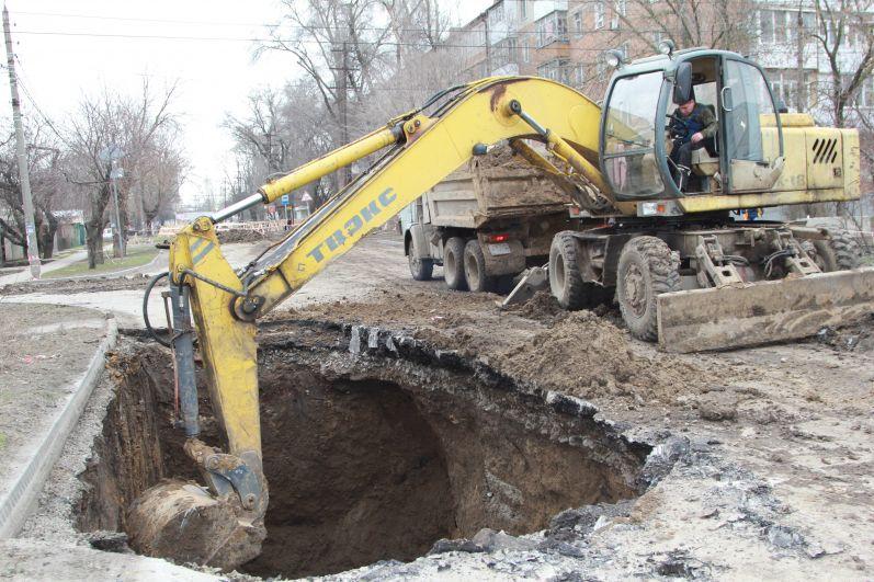 Режим ЧС позволит направить на ликвидацию аварии в Таганроге средства резервного фонда областного бюджета и пригласить дополнительные силы ЖКХ. Местный Водоканал сам не справляется с таким объёмом работы.