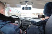 Полицейские ищут нарушителей, двигаясь на обычном авто.