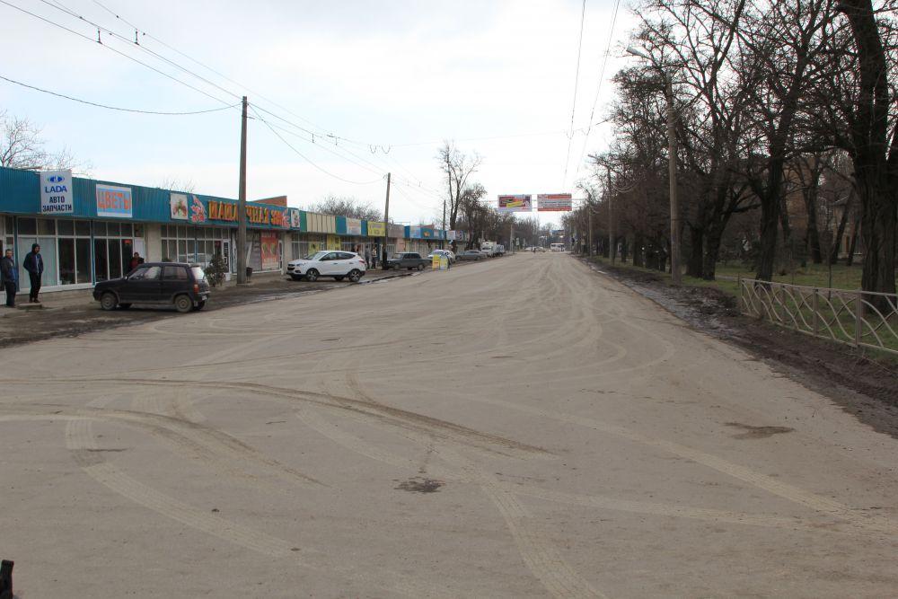 Улица Транспортная, которая пересекает коллектор, также закрыта на расстоянии 500 метров. Здесь отменены два троллейбусных маршрута и пять автобусных - это одна из центральных улиц Таганрога. Власти пошли на такой шаг по причине того, что здесь также могут возникнуть провалы.