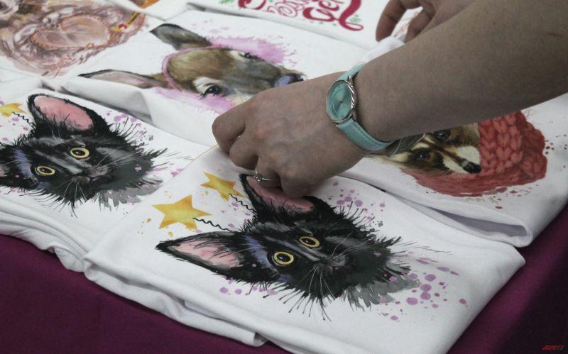 На выставке можно купить футболку или пряник с изображением кота. Вырученные средства пойдут в благотворительный фонд