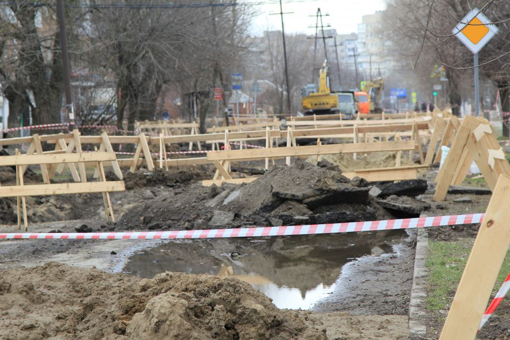 Улица Шило превратилась в деревянный забор из ограждений. Водоканал вынужден сообщить, что горожане разворовывают деревянные ограждения на месте провалов коллектора.