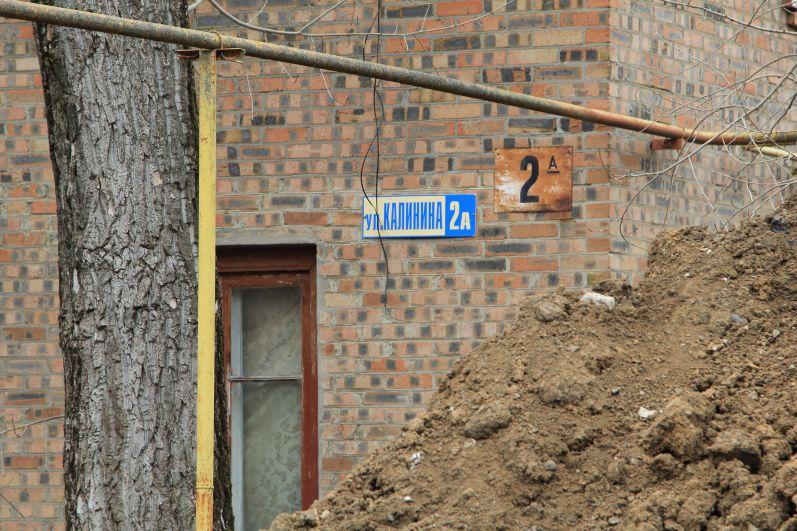 Горы земли поднялись уже выше окон жилых домов. Но ведь выкопанную землю надо где-то складировать!