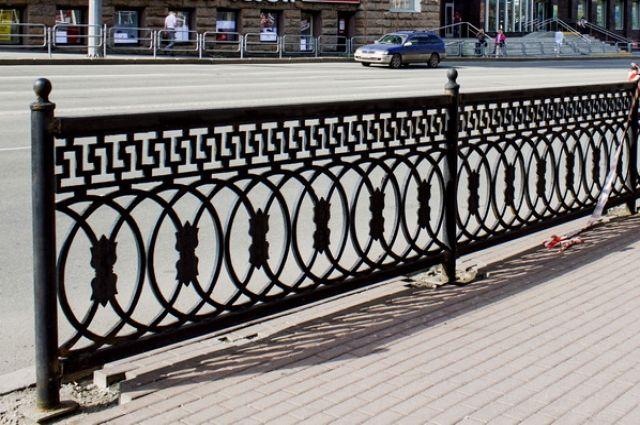 ВЧелябинске иностранная машина снесла чугунный забор иврезалась встолб
