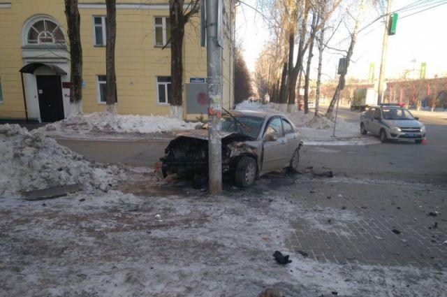 В Томске «Киа» столкнулась с «Хондой» и сбила пешехода на тротуаре.