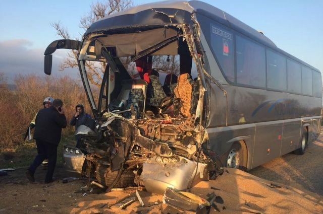 НаСтаврополье столкнулись рейсовый автобус изерновоз
