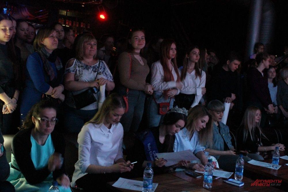 Жюри внимательно следит за движениями участниц и выставляет оценки