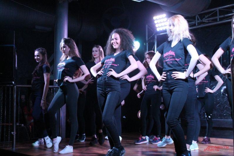 Первый выход участниц на сцену под гимн конкурса