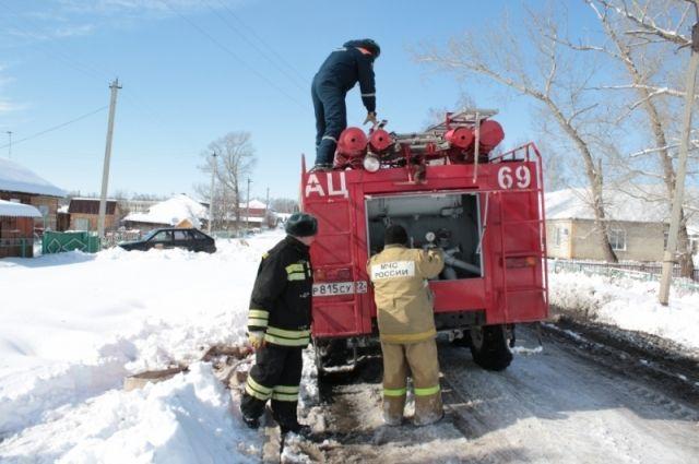 Спасатели помогают жителям подтопленных районов
