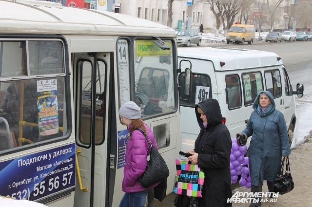 Большую часть автопарка общественного транспорта Оренбурга пока составляют «ПАЗы», но с проведением конкурса на улицах должны появиться вместительные автобусы.
