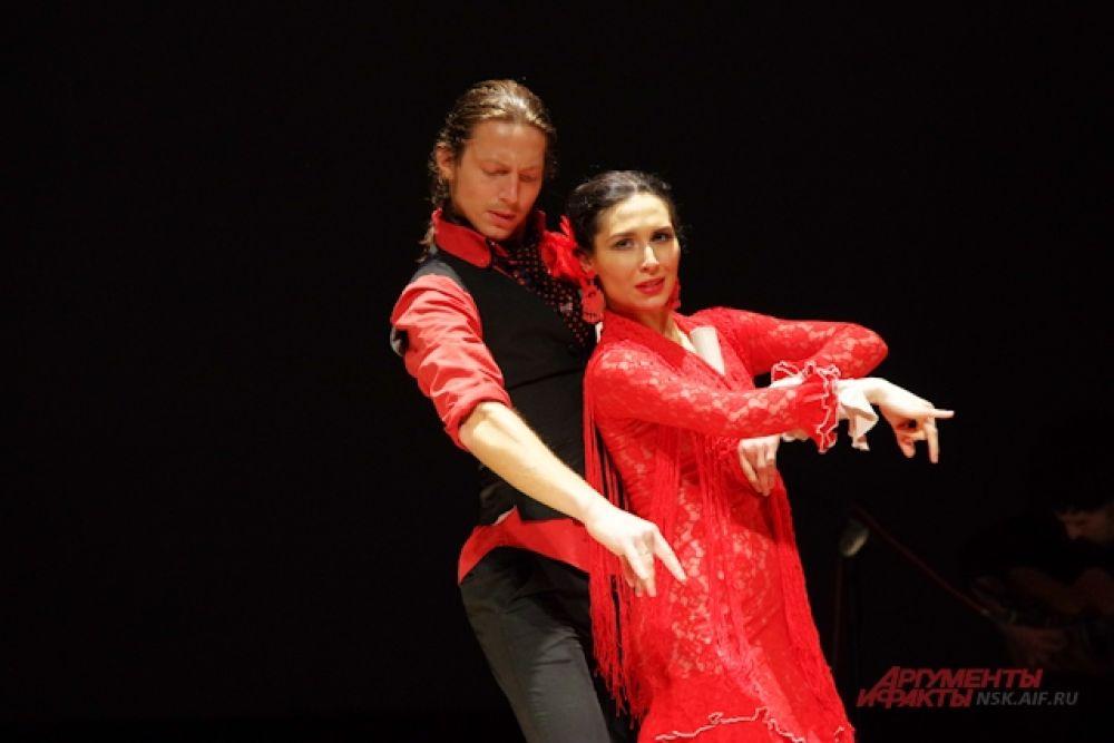 """Коллектив вобрал в себя лучших танцоров, гитаристов, кантаоров (вокалистов) и перкуссионистов, которые посвящают свою жизнь тому, что называется """"puro flamenco"""" – чистое подлинное фламенко во всём его многообразии."""