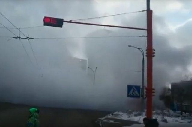 В Кемерове на пересечении Волгоградской и проспекта Ленина прорвало трубу.