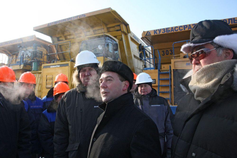Президент РФ Дмитрий Медведев и губернатор Кемеровской области Аман Тулеев общаются с рабочими угольного разреза «Кедровский» в пригороде Кемерова. 2010 год.