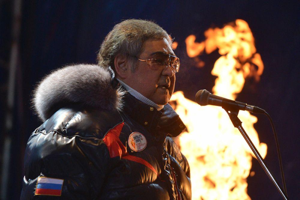 Губернатор Кемеровской области Аман Тулеев на торжественной церемонии зажжения чаши Олимпийского огня в Кемерово. 2013 год.
