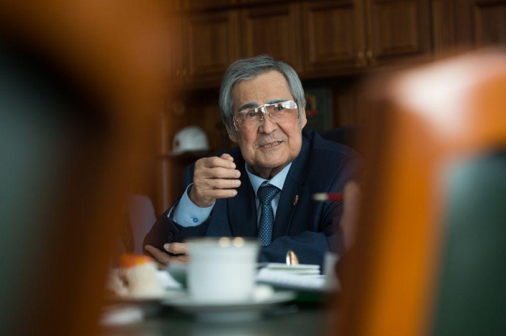 Губернатор Кемеровской области Аман Тулеев в своем рабочем кабинете. 2018 год.