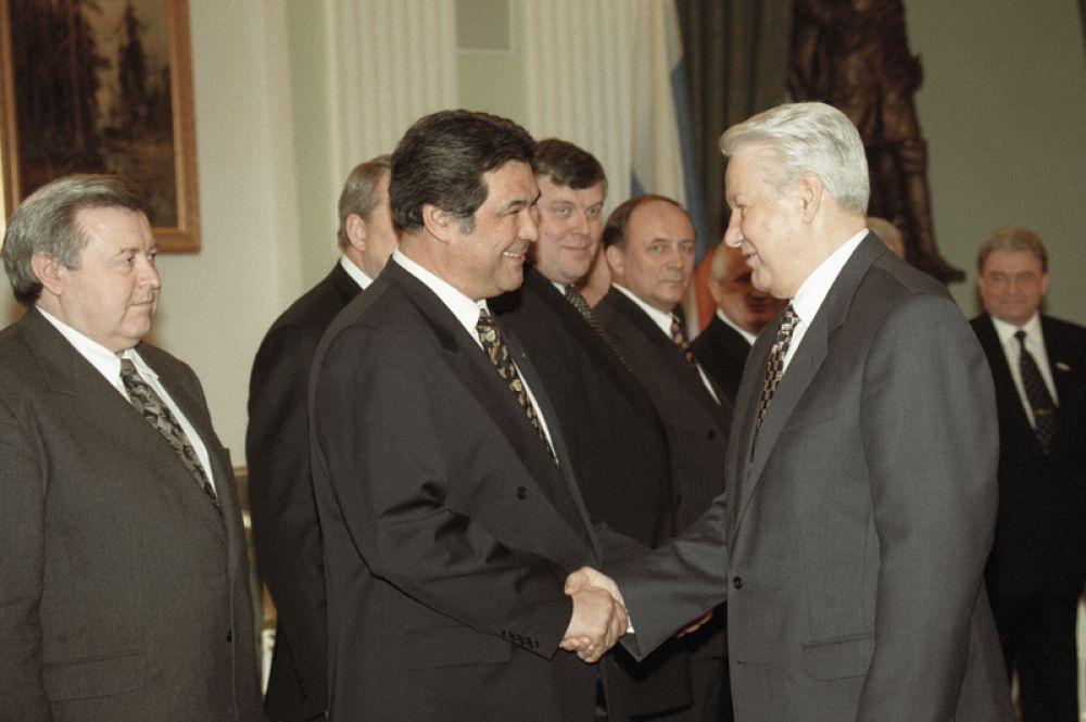 Губернатор Кемеровской области Аман Тулеев и президент РФ Борис Ельцин перед встречей в Кремле. 1998 год.