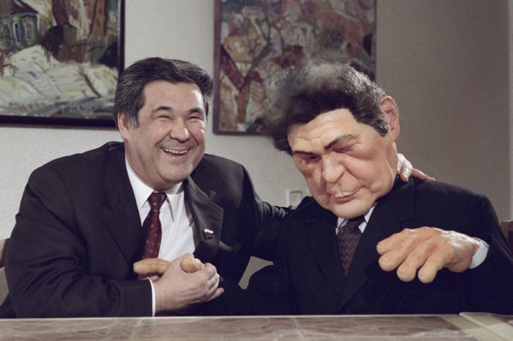 Губернатор Кемеровской области Аман Тулеев принят в элитарный клуб популярной телевизионной программы «Куклы» на канале НТВ. 2000 год.